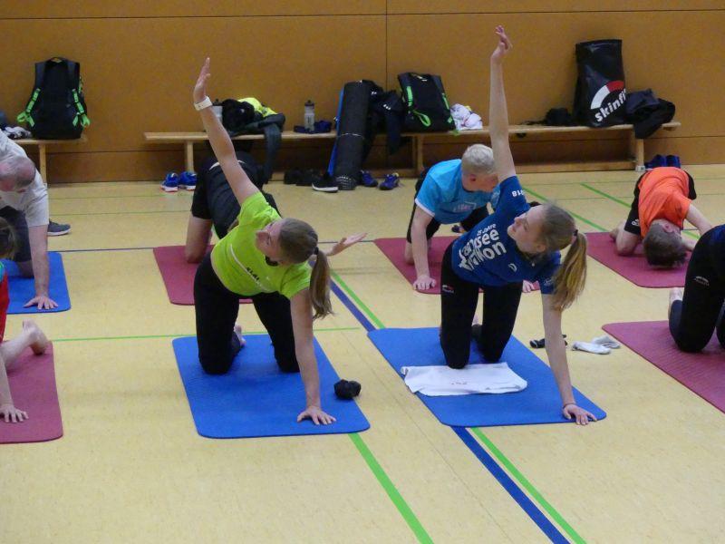 Triathleten mobilisieren sich mit Yoga